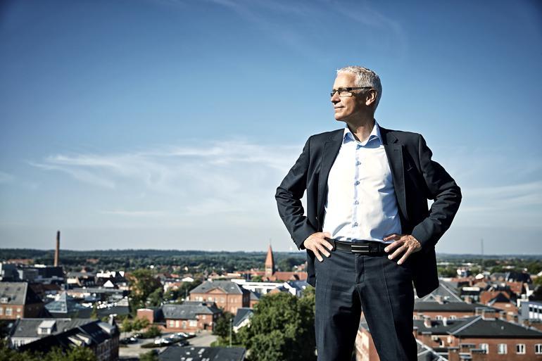 H.C. Østerbye i vel- og selvstrøget skjorte på toppen af Holstebro og i livet generelt. Fotograf: Ole Mortensen