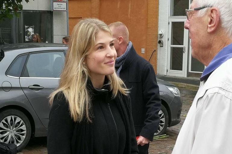 Christina Krzyrosiak Hansen på gaden for at snakke med vælgere. Lykkes det hende at blive borgmester i Holbæk, vil hun være landets hidtil yngste.