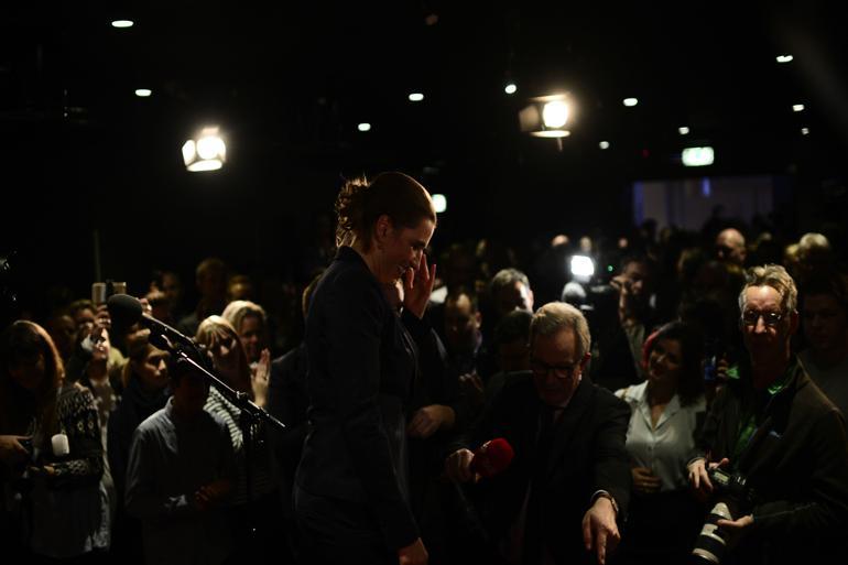 Mette Frederiksen (S) blev overdænget med klapsalver, da hun tog talerstolen i Amager Bio foran 250 socialdemokrater til partiets valgfest i København.