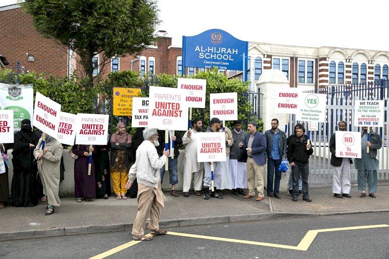 Forældre til elever på Al-Hijrah, en folkeskole i Birmingham, nægter for tredje uge i træk kommunens inspektører adgang. Det sker samtidig med, at undervisningsinspektoratet netop har afsløret radikale muslimers forsøg på at overtage ledelsen af en anden af kommunens folkeskoler.  Foto: Polfoto