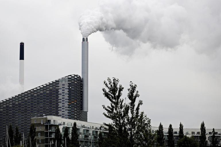 Et af Danmarks største kommunalt ejede affaldsselskaber har i årevis givet store millionordrer til private firmaer i strid med udbudsreglerne. Eksperter taler om ledelsessvigt, mens direktøren efter kommunen.dks afdækning nu vil endevende alle selskabets indkøbsaftaler. Det er dog ikke nok, mener flere københavnske politikere.