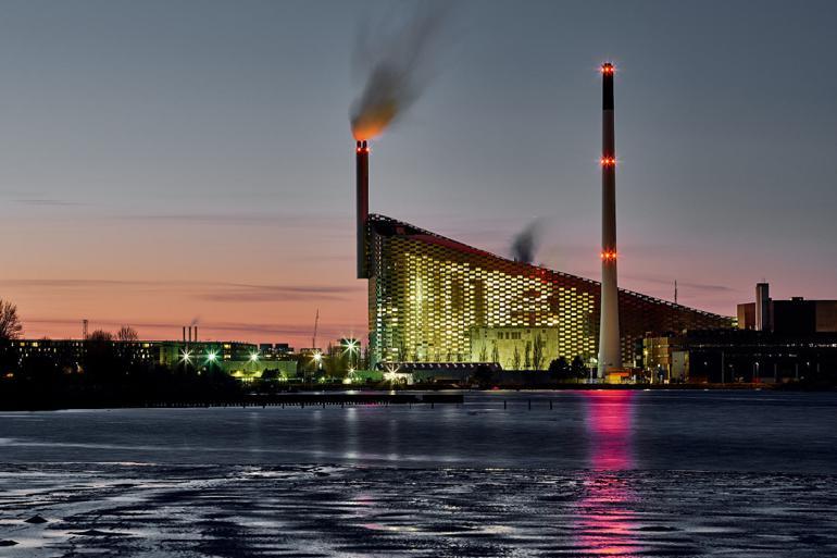 Et af Danmarks største kommunalt ejede affaldsselskaber, Amager Ressource Center (ARC), har i årevis brudt udbudsloven. Selskabet har i strid med reglerne direkte tildelt opgaver, der samlet løber op på mindst 306 mio. kr., til private virksomheder uden udbud.
