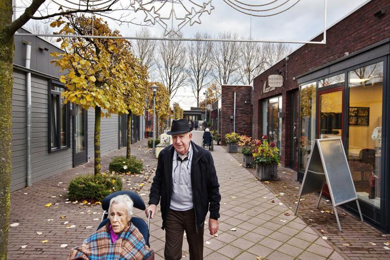 Beboere i den hollandske demenslandsby De Hogeweyk, som er verdens første af sin slags.