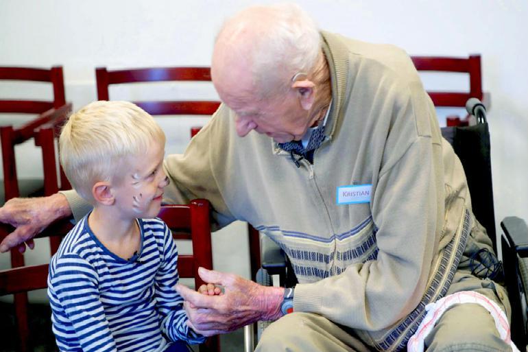 Fem-årige Felix og Kristian, der i TV2-dokumentaren Børnechok på plejehjemmet beskrives af personalet som en gnavpot, bliver gode venner i løbet af forsøget. Kristian liver op, og Felix viser stolt sit nye venskab til sine forældre. 14 dage efter forsøget døde Kristian.