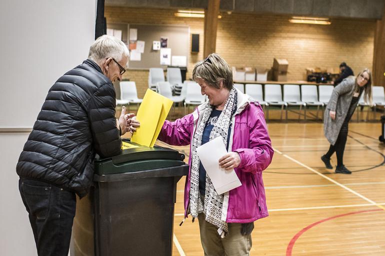 Der stemmes i Horrebyhallen i Guldborgsund Kommune ved kommunalvalget i 2017. Her blev René Christensen (DF) spået fremtiden som borgmester. Sådan gik det ikke. Nu stiller han og 42 andre DF-byrådsmedlemmer op til Folketinget, hvor han også sidder allerede.