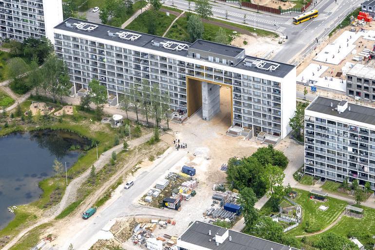 I Gellerupparken ved Aarhus er man i fuld gang med at omdanne bydelen. Blandt andet har man bygget en port gennem en af de gamle blokke for at åbne området.