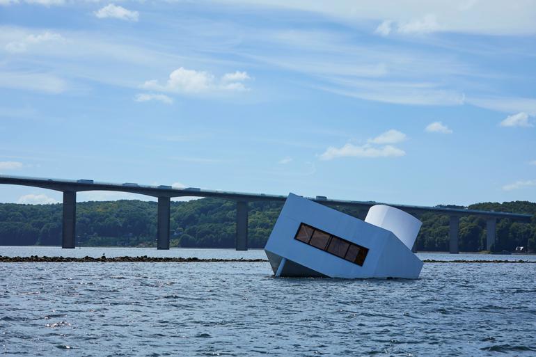 Kunstværket Flooded Modernity vakte opmærksomhed, da det indgik i udstillingen Floating Art på Vejle Kunstmuseum. Stadsarkitekt Lisbet Wolters har brugt det som blikfang i kommunens strategi mod stormflod.