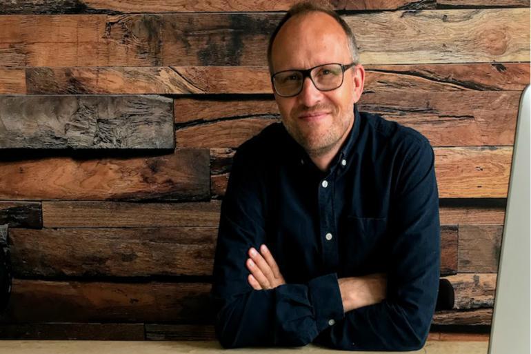 Kristian Strøbech fortæller om fordele ved forskellige programmer til videochat, online møder og fjernundervisning. Her sidder han i sit bjælkehytte studie i Ry.