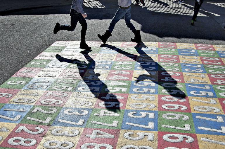 Skal børn fra smittefamilier blive hjemme?