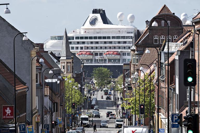 Et krydstogtskib, der ligger stille i en dansk havn, udleder i gennemsnit lige så mange af de allermest sundhedsskadelige partikler, som 5.000 personbiler, viser forskning fra Aarhus Universitet.