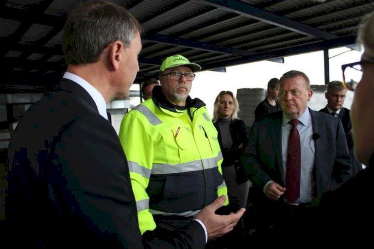 Her ses borgmester Thomas Andresen (V) og Lars Løkke Rasmussen (V) ved besøget hos virksomheden Meldgaard i Aabenraa. I baggrunden til højre står kommunaldirektør Tom Ahmt, men han burde slet ikke have været til stede ifølge professor Sten Bønsing.