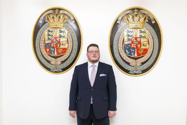 Ronny Andersen er heraldisk konsulent og arkivar i Rigsarkivet. Før sin nuværende stilling var han våbenmaler og stod blandt andet bag nogle af de nye kommunevåben omkring strukturreformen i 2007. De våben udtaler han sig dog ikke om i denne artikel.