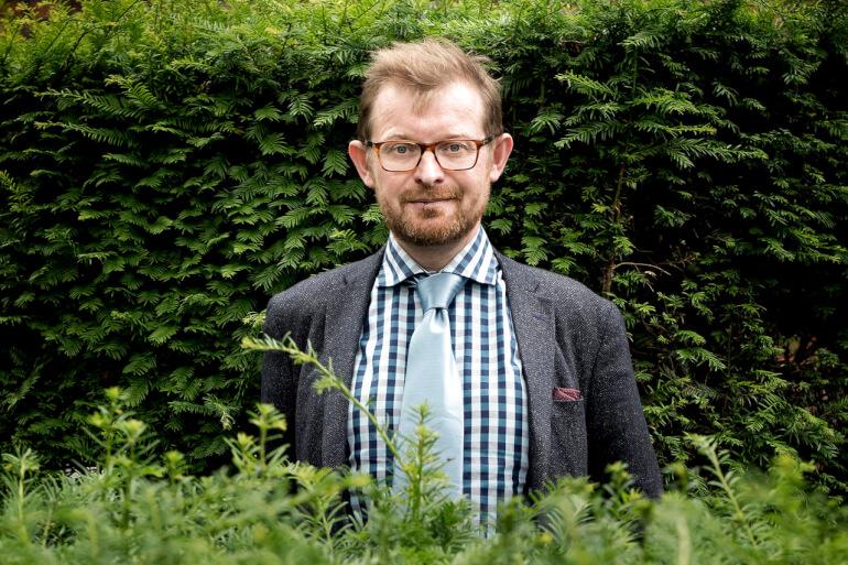 Sebastian Dorset har lavet stand-up i 1990ern og turnerede tidligere på året med sit onemanshow Ord. Komikeren mener, at 76-årige Niels Hausgaard mestret den politiske satire så sikkert og begavet, at de fleste overgiver sig.