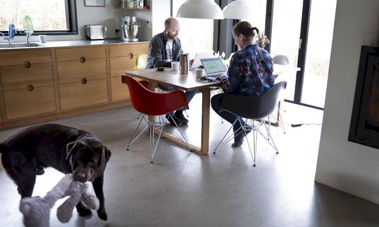 Hjemmearbejde ved det uergonomiske køkkenbord er kun tilladt en dag om ugen. Her er det Mette Holm Simonsen, kontorchef i Styrelsen for IT og læring og hendes mand Jakob Jørgensen, forretnings- og systemudvikler i Københavns kommune.