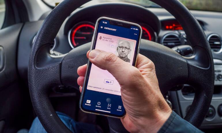"""""""Et barnagtiggørende teknologisk fix til 45 mio. kr., kalder Anders Kjærulff det nye digitale kørekort, som borgerservice har fået travlt med at hjælpe borgerne med at installere."""