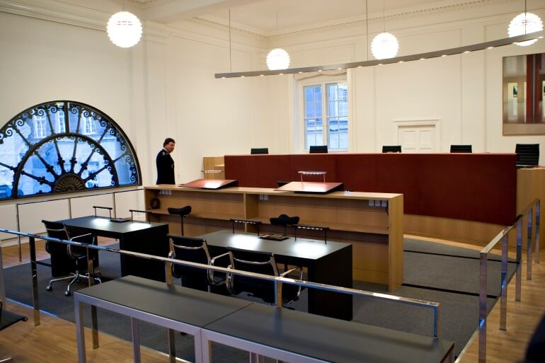 Trods sin status som verdens mindst korrupte land har Danmark også sin andel af sager, hvor embedsmænd må en tur i retten.