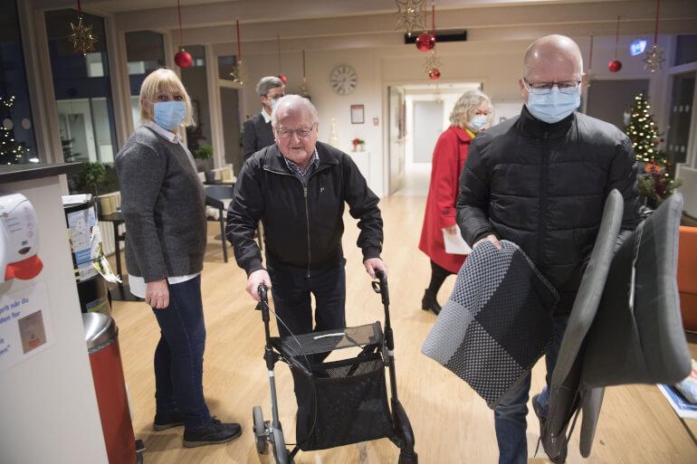 Første vaccinationsbølge på landets plejehjem blev klaret hurtigere end ventet. Her er det 92-årige Chresten Baisgaard på plejehjemmet Birkebo i Aalborg, der som den første nordjyde blev prikket med vaccinenålen søndag 27. december.