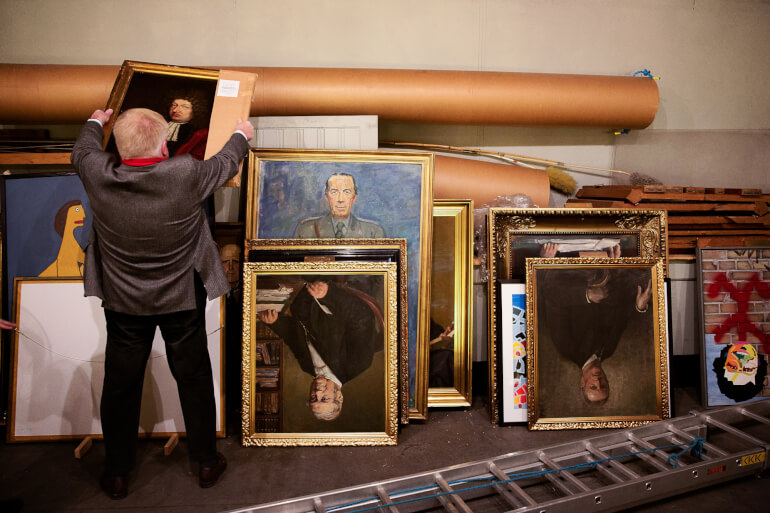 Mange kommuner modtager kunst i gave, og i forbindelse med kommunesammenlægningerne i 2007 blev en del til overs.