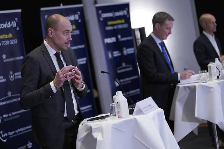 Sundhedsministeren bebudede forlængelse af restriktionerne i Eigtveds Pakhus onsdag aften. Her flankeret af justitsminister Nick Hækkerup (S).