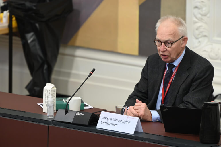 Formanden for ekspertgruppen, Jørgen Grønnegård Christensen, fremlagde fredag en 600 siders lang rapport, hvori det blandt andet konkluderes, at beslutningen om nedlukning af samfundet i marts primært blev truffet i Statsministeriet.