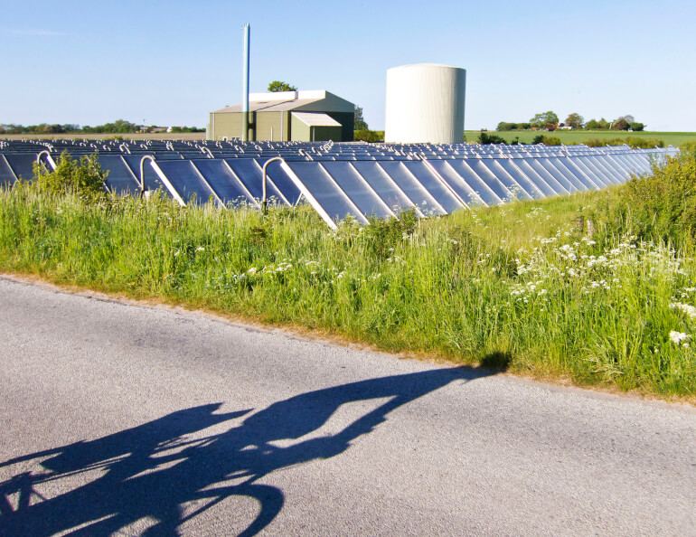 Et stort solvarmeanlæg på Samsø forsyner knap 30  husstande med varme.
