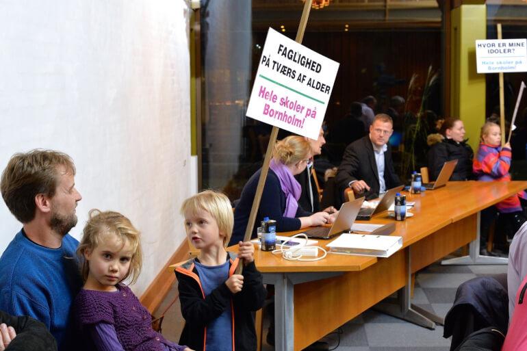 Utilfredsheden med planlagte skolelukninger på Bornholm blev båret helt ind i byrådssalen. Et lille flertal lukkede skoler og mistede stemmer ved det efterfølgende valg. Men er det altid sådan?