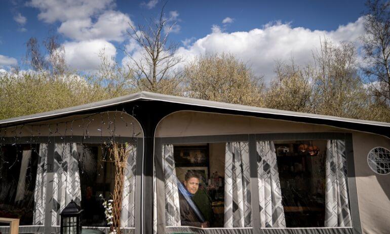 Michael Moesgaard, der bor på Strandvejen på Corona Camping, i sin campingvogn.