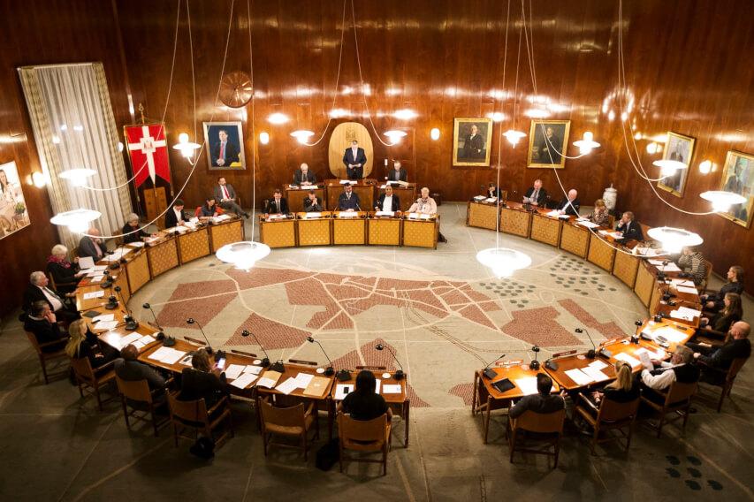 Kommunalpolitiske ledere samlet i byrådssalen i Aarhus til det konstituerende møde efter kommunalvalget i 2017.